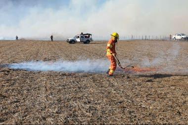 Los bomberos y la patrulla rural ayudaron a controlar el fuego en el campo