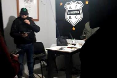 Una imagen del operativo de la policía judicial en la sede de Riestra, del Bajo Flores.