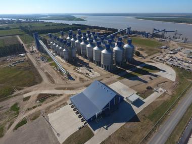 La capacidad de almacenaje es de 200.000 toneladas