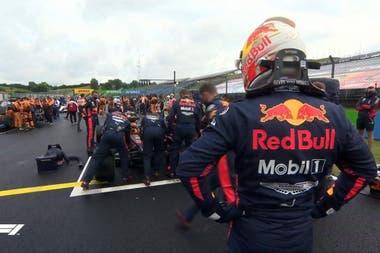 Max Verstappen, de casco, observa el inicio de las reparaciones del RB16, tras el accidente en la Curva 12: en la grilla, los mecánicos lograron en 20 minutos devolver a la carrera al neerlandés, que logró el segundo puesto en el Gran Premio de Hungría