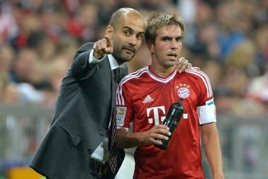 Pep Guardiola con Phillip Lahm; mientras convivieron en Bayern Munich, el DT lo llegó a ubicar en ocho puestos distintos pensando en lo que el equipo necesitaba del lateral alemán en ese momento