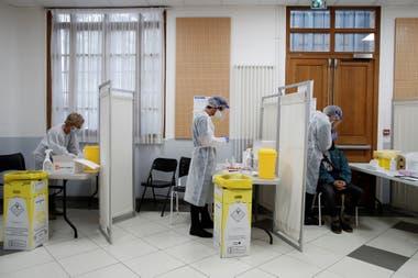 Un equipo médico realiza hisopados en un centro de París, Francia