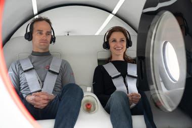 Josh Giegel, cofundador de la compañía, y Sara Luchian, directora de Experiencia de Pasajeros, fueron los primeros en probar un viaje en el hyperloop de Virgin