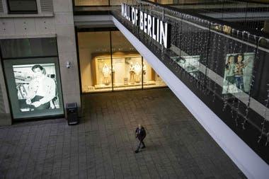 """Una persona camina sola en el """"Mall of Berlin"""", el centro comercial más grande de la capital alemana"""