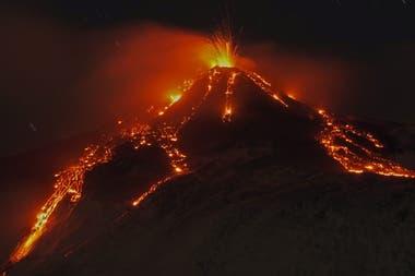 El volcán Etna está en la isla de Sicilia en Italia y entró en erupción ayer por la noche
