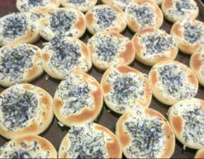 Pancitos con cebolla y semillas de amapola