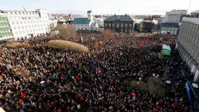 En Islandia, miles de personas pidieron ayer la renuncia del primer ministro, involucrado en el caso