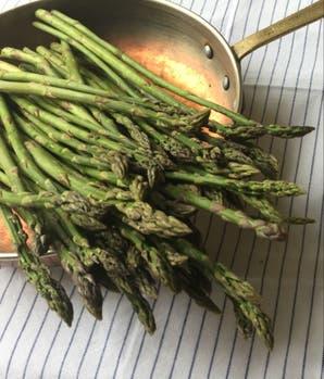 Espárragos verdes con langostinos y salsa de vino blanco