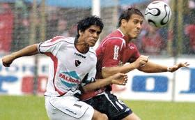 Una imagen que se repitió en todo el partido: Adrián Lucero, de Newell´s, lucha por el balón con el goleador de Independiente Germán Denis