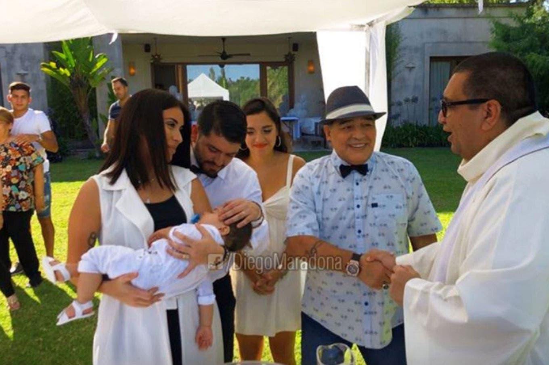 De sombrero y a plena sonrisa, Diego Maradona fue el padrino en el bautismo de su nieto