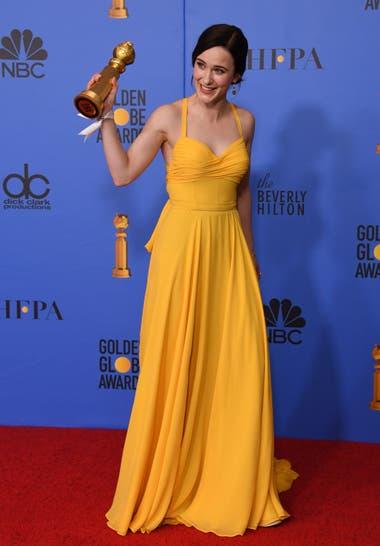 El amarillo le trajo suerte a Rachel Brosnahan, una de las ganadoras de esta entrega