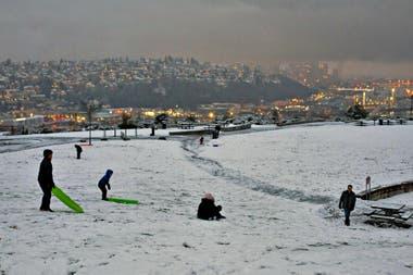 Los parques se convirtieron en escenarios para juegos de nieve
