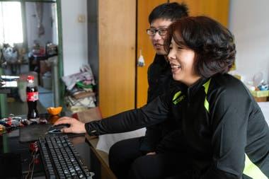 Kang Shenghao jugando el juego con su madre, Zang Wenru, en su hogar en Qinhuangdao