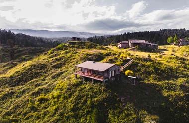 La estancia Las Cañitas se extiende por un paisaje de valles y lomadas, donde crecen bosques de pinos, cedros y abedules.