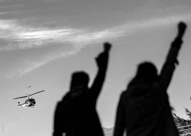 28 de febrero de 2018, Bariloche, Río Negro. Facundo Jones Huala, esposado y en helicóptero, es trasladado al Gimnasio Municipal N° 3 para su segundo juicio de extradición