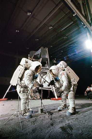 El 22 de abril de 1969, Aldrin y Armstrong prueban las herramientas que usarán un mes más tarde