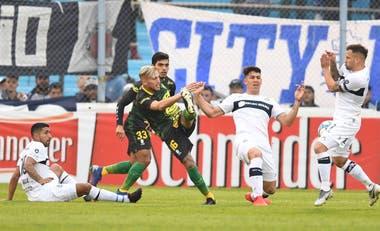 Gimnasia fue eliminado por penales ante Defensa, pero se reforzó pensando en evitar el descenso en la próxima Superliga