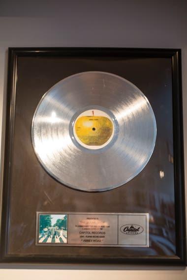 El disco de platino que les dieron a los Beatles por haber vendido un millón y medio de copias del álbum Abbey Road, que el periodista ganó en una subasta.