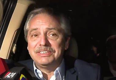 Alberto habló con la prensa desde un auto que lo trasladaba