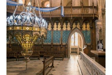 Lámpara votiva en el camarín de la basílica y una imagen del papa Francisco
