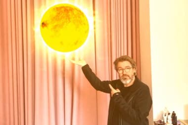 El artista danés señala el sol, una de las obras creadas con realidad aumentada durante la cuarentena para generar conciencia sobre el cuidado del medioambiente