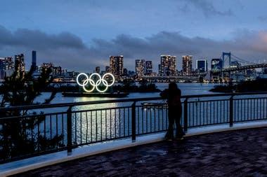 Los aros olímpicos en la bahía. Seguirán ahí esperando el 2021