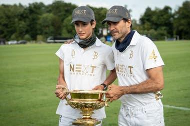"""""""Poroto"""" Cambiaso junto a su papá, Adolfo, con el trofeo más trascendente que obtuvo hasta ahora, a sus 14 años: la Copa de Oro del Abierto Británico, el lauro más grande de Europa."""