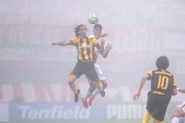 La niebla se hizo presente en el estadio Centenario; fue un rival adicional para el espectador que quiso ver el partido por TV, ya que no podía concurrir a la cancha; ganaba Nacional con un gol de Bergessio, pero sobre el final empató Peñarol