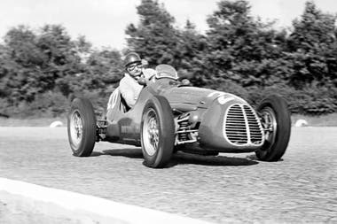José Froilán González lleva al Ferrari número 26 al segundo puesto en el Gran Premio de Italia de 1952; el arrecifeño le dio a la escudería italiana su primera victoria (Gran Bretaña 1951) en Fórmula 1, y con ella fue subcampeón en 1954.