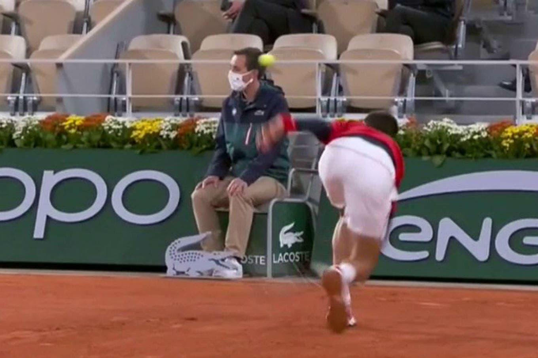 Roland Garros: Novak Djokovic sumó otro pelotazo a la cara de un juez de línea después de declarar que prefiere sustituirlos