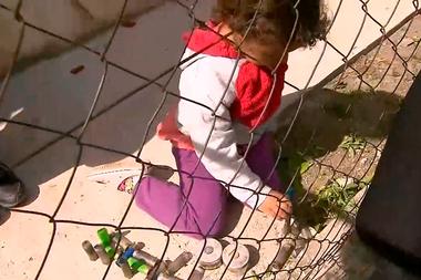 Arrodillada, una nena juega con los cartuchos de las balas de gomas y los casquillos de gas lacrimógeno empleados en el desalojo de los terrenos usurpados