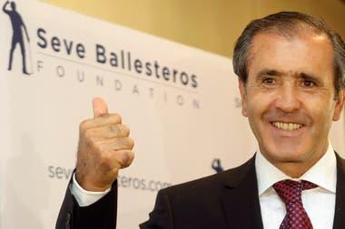 El golfista español Severiano Ballesteros saluda a los fotógrafos al comienzo de una conferencia de prensa para presentar su nueva fundación de investigación del cáncer en Madrid el 25 de junio de 2009.