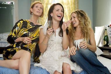 La ficción regresa para contar la vida y las andanzas de Carrie Bradshaw (Parker), Charlotte York (Davis) y Miranda Hobbes (Nixon) en sus cincuentas. No estará presente Samantha Jones (Cattrall)