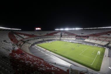 El renovado césped del Monumental, al nivel de los mejores clubes europeos y como quería el entrenador, Marcelo Gallardo.