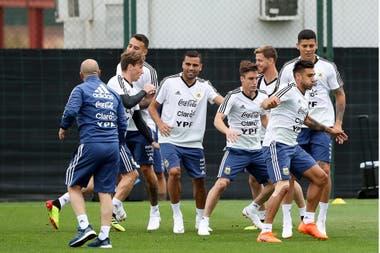 Eduardo Salvio encabeza la fila de jugadores; ocupará el puesto de lateral derecho