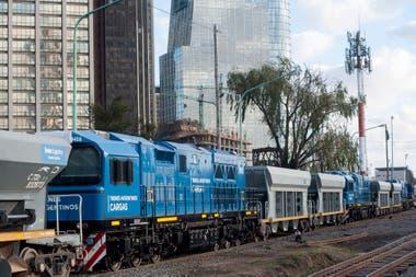Las tres locomotoras son remolcadas por una formación