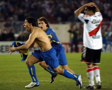 Carlos Teves festeja el gol contra River antes de ser expulsado. Foto del 17 de junio de 2004