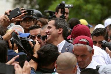 El presidente encargado y líder opositor Juan Guaidó llega al Parlamento