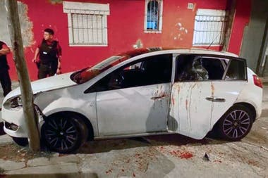 Un auto baleado y manchado con sangre, luego de un sangriento ajuste de cuentas en Saavedra