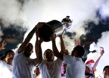 23 de Diciembre de 2018. En el Monumental, los jugadores Jonatan Maidana y Leonardo Ponzio (D), levantan el trofeo de la Copa Conmebol Libertadores junto al DT, Marcelo Gallardo (C) durante los festejos por la obtención del 4to título. River Plate venció 3-1 a Boca en el estadio Bernabeu, en Madrid,