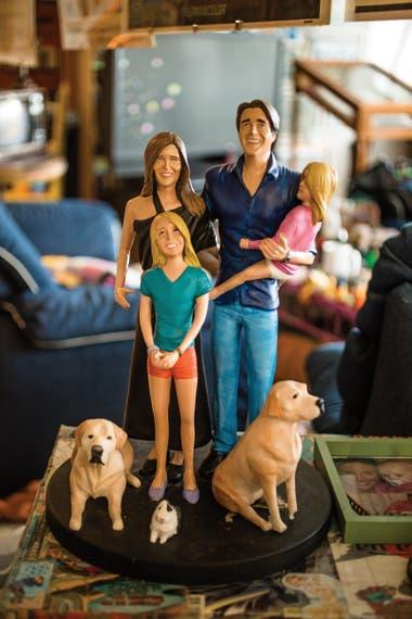 Para el cumpleaños de su mujer, Carolina Prat, Andino le encargó a un amigo artista unos muñecos de epoxi representando a su familia. (todavía no había nacido Ramón)