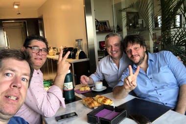 Alberto Fernández desayunando en su casa con Leandro Santoro y Daniel, un amigo