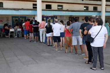 Largas colas para votar en la Escuela García Hamilton de Tucumán