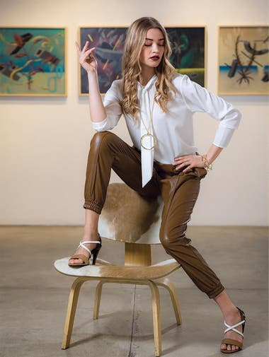 Camisa con lazo [Giesso]. Babucha de cuero ecolo´gico [Giesso]. Sandalias tricolor [Giesso]. Collar con dije y pulsera de cobre con ban~o dorado [The Urban Concept].