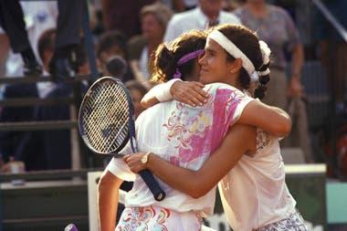 26) El sentido abrazo entre Mary Joe Fernández y Sabatini. Fue en los cuartos de final de Roland Garros 1993: la argentina estuvo 6-1, 5-1 y 40-30, pero terminó perdiendo el partido (1-6, 7-6 [4] y 10-8). Fue una de las caídas más dolorosas para Gaby.