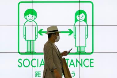 """""""Distancia social"""": uno de los carteles de Tokio en plena pandemia"""