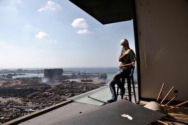 El productor de televisión libanés, Tony Ahwaji, se sienta herido en el balcón de su apartamento en el barrio de Mar Mikhael en Beirut