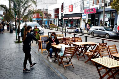 Casi toda la actividad gastronómica y teatral se piensa al aire libre para el próximo verano