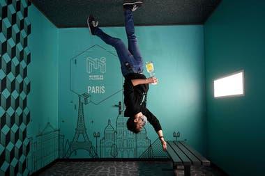 Un empleado del Museo de la Ilusión, en París, sanitiza un banco tras el paso de visitantes por uno de los tantos espacios que la Ciudad Luz adaptó a las nuevas exigencias sanitarias