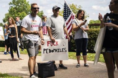 """Una manifestación de """"Save the Children"""" fuera del edificio del Capitolio el 22 de agosto de 2020 en St Paul, Minnesota. Algunas de estas marchas han sido vinculadas a cuentas de redes sociales que promueven la conspiración de QAnon"""